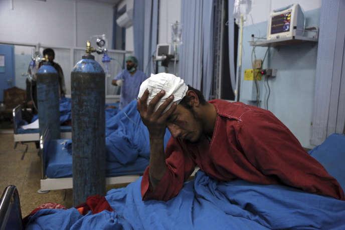 Un homme, blessé dans l'attentat suicide qui a frappé Kaboul le 20 novembre 2018, est soigné dans un hôpital de la ville. Au moins 40 personnes sont mortes dans l'attaque.
