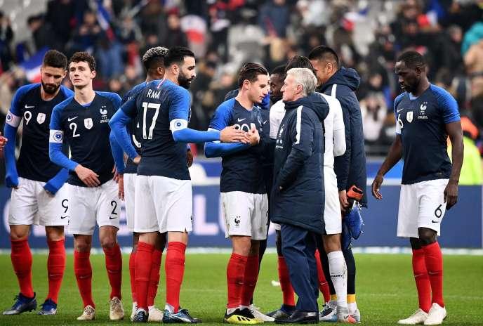 Didier Deschamps félicite ses joueurs après la victoire face à l'Uruguay, le20novembre.