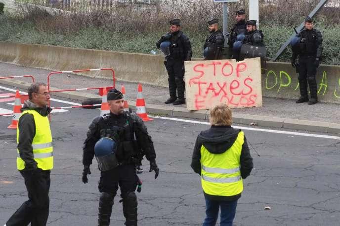 Des gendarmes dispersent des« gilets jaunes» près du dépôt dePort-la-Nouvelle, dans l'est de la France, le 20 novembre 2018.