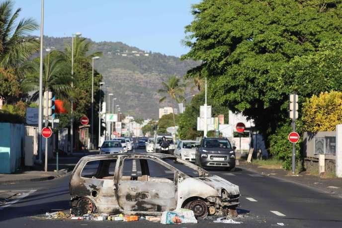Depuis le 17 novembre, des dizaines de véhicules ont été incendiés dans plusieurs villes de La Réunion et une quinzaine de commerces ont été pillés.
