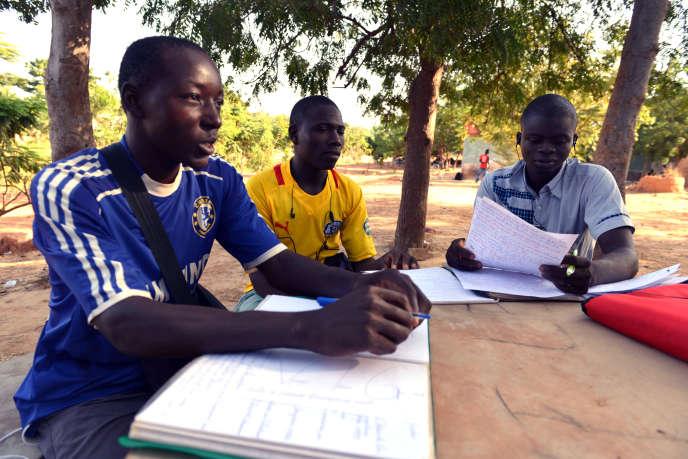 Des étudiants burkinabés sur le campus de Ouagadougou, en novembre 2014.