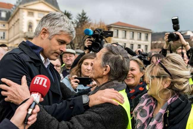 Le président du parti Les Républicains, Laurent Wauquiez, avec les« gilets jaunes», au Puy-en-Velay (Haute-Loire), le 17 novembre.