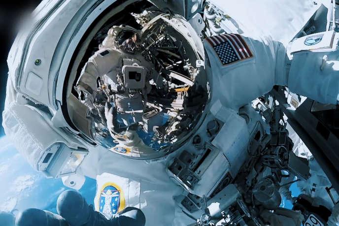 Un astronaute en sortie extravéhiculaire.