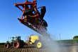 Epandage de glyphosate sur un champ de maïs sans semis, dans une exploitation à Piacé (Sarthe), le 11 mai.