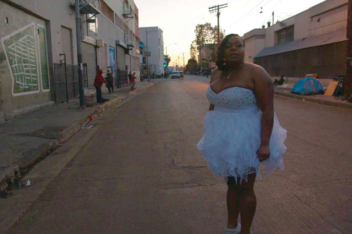 Tiahna Vince dans une rue de Skid Row à Los Angeles, dans « Game Girls », documentaire d'Alina Skrzeszewska.