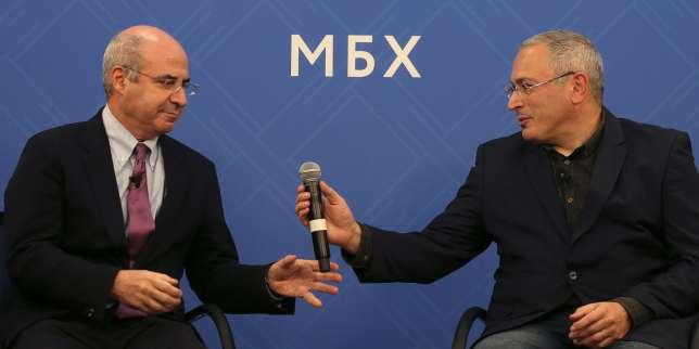 L'homme d'affaires britannique William Browder etl'ex-oligarque russe en exilMikhaïl Khodorkovski, lors d'une conférence de presse organisée à propos de la possible élection d'un Russe à la présidence d'Interpol, le 20 novembre à Londres.