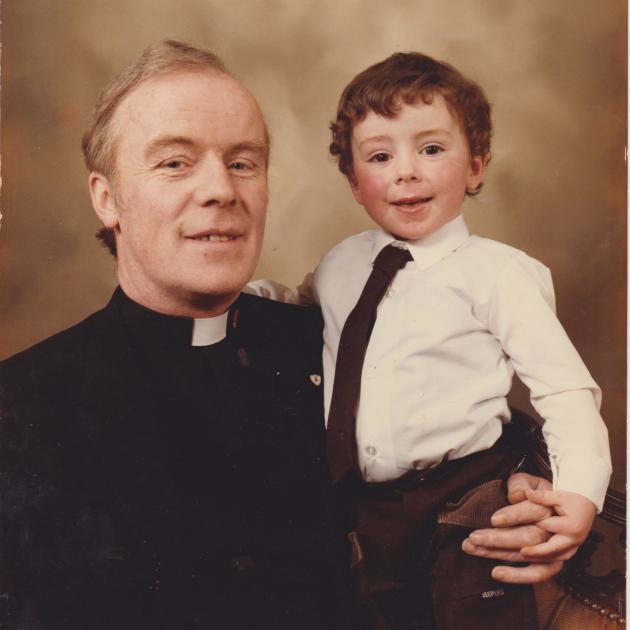 L'Irlandais Vincent Doyle, fondateur de l'association Coping International, enfant, dans les bras de son père.