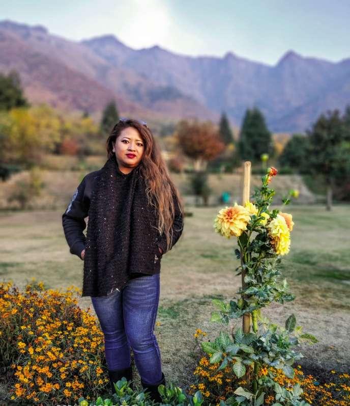 La chanteuse Melody G Fanai facture les messages vocaux personnalisés entre 1 000 et 2 000 roupies (12, 50 - 25 euros).