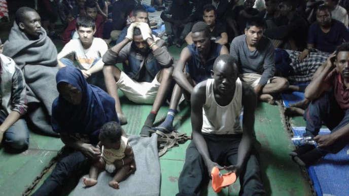 Des migrants à bord du« Nivin», amarré au port de Misrata (Libye), le 14 novembre.