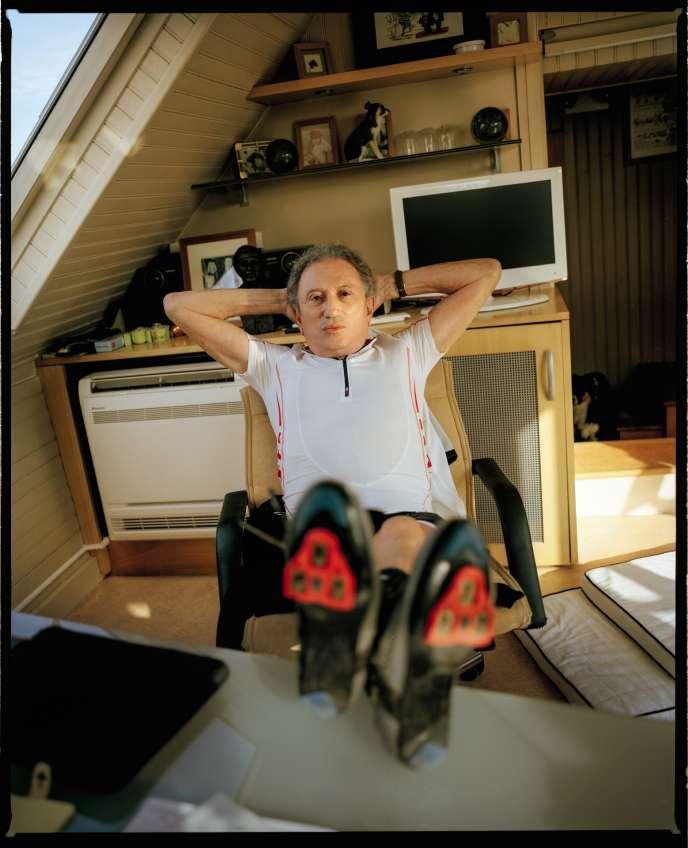 Michel Drucker à son bureau, chez lui à Paris, le 6octobre.
