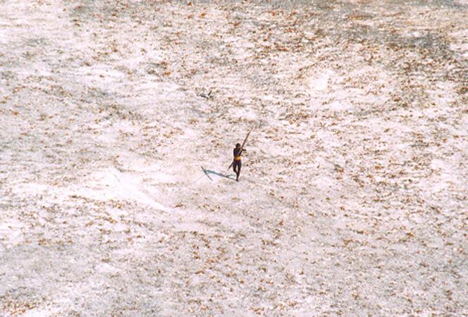 Cliché pris après le tsunami de décembre 2004 montrant un membre de la tribu des Sentinelles essayant d'abattre un hélicoptère des gardes-côtes indiens à l'aide d'un arc et de flèches.
