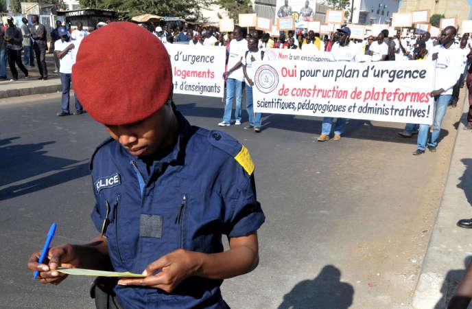 Des professeurs de l'université Cheik-Anta-Diop manifestent pour demander de meilleures conditions d'enseignement, à Dakar, le 18janvier 2012.