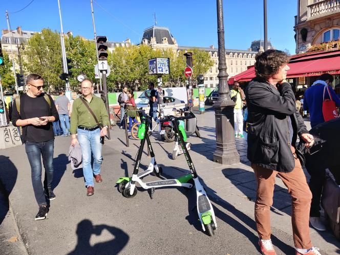 Vélos et trottinettes en libre service ont réveillé et exacerbé la question de la rareté de l'espace public.