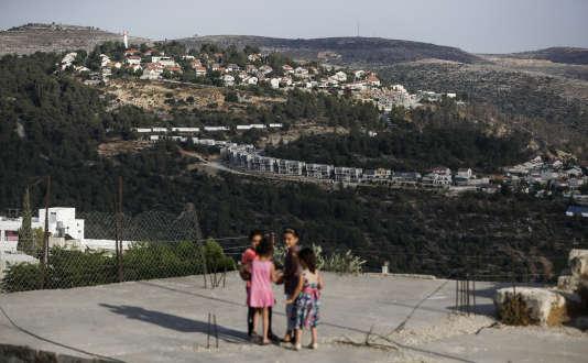 En arrière-plan, la colonie israélienne de Talmon, fondée en 1989 à proximité de la ville cisjordanienne d'Al-Janiya.