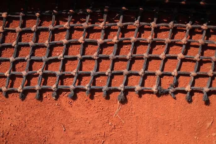 Un filet de balayage, sur la terre battue de Roland-Garros.