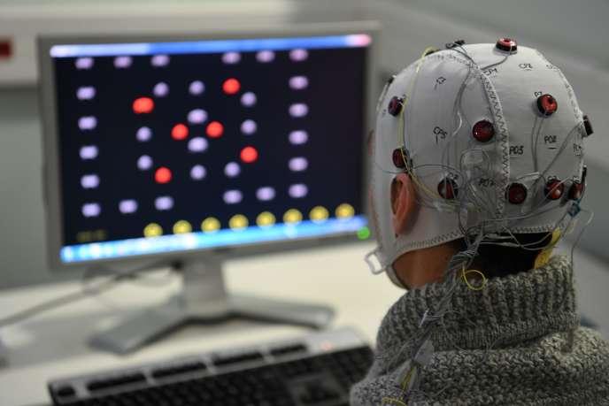 Une expérience utilisant une interface cerveau-ordinateur au laboratoire de recherche GIPSA du CNRS à Grenoble.