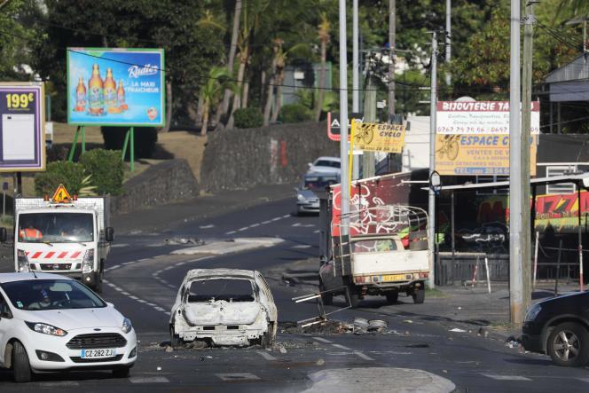 A Saint-Denis de la Réunion, après les affrontements de la nuit, le 21 novembre .
