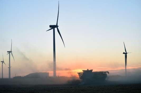 Un parc d'éoliennes près deRouvray-Saint-Florentin, en Eure-et-Loire, photographié le 16 juillet 2017.