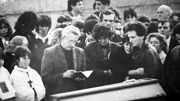 Les obsèques du petit Grégory Villemin, le 20 octobre 1984, au cimetière de Lépanges.