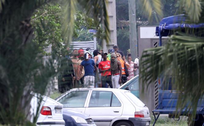 Affrontements entre des manifestants et les forces anti-émeutes, au Port, sur l'île de La Réunion, le 21 novembre.