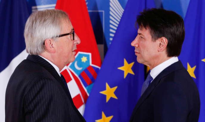Le président de la Commission européenne, Jean-Claude Juncker (à gauche), et le président du Conseil italien, Giuseppe Conte, à Bruxelles, le 24 juin.