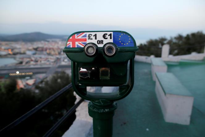 Jumelles pour regarder le sommet du rocher de Gibraltar, le 15 novembre.