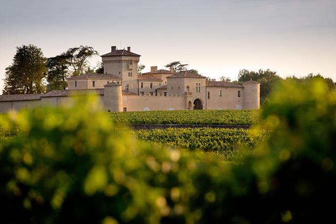 Le château deLafaurie-Peyraguey dresse fièrement ses tours au milieu des vignes de Sauternes.