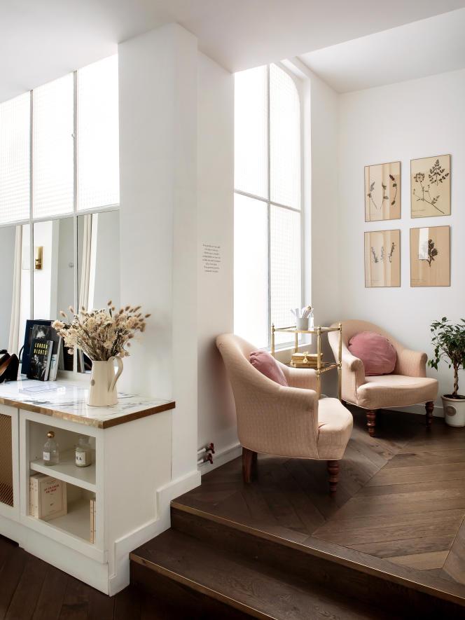 Parquet au sol, livres, fleurs, plantes vertes... l'appartement parisien de Sézane se revendique comme un « lieu de vie ».