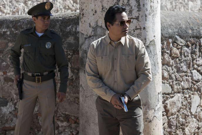 Michael Peña incarne Camarena, l'agent qui traque le narcotrafiquant Miguel Angel Félix Gallardo.