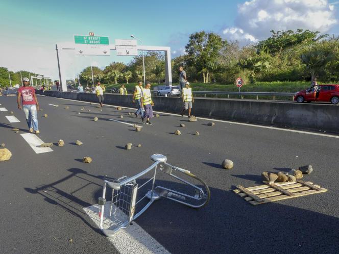 Des pierres et des débris jetés par des manifestants près de l'aéroport de Sainte-Marie, à LaRéunion, jeudi 22novembre.