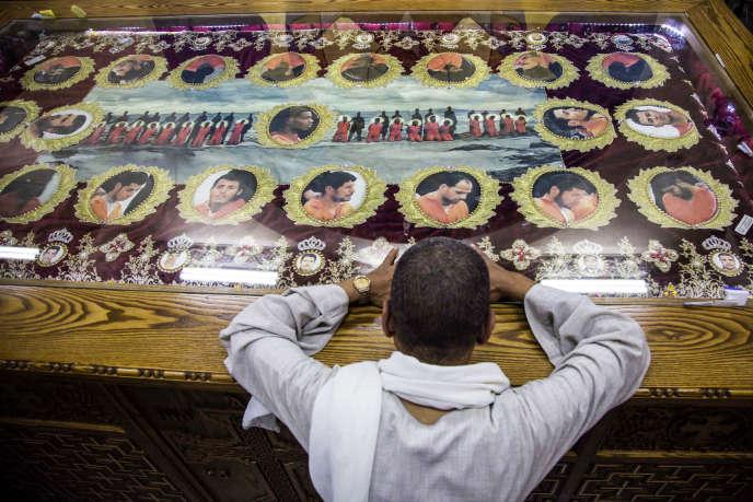 Un proche d'un des 20Egyptiens coptes exécutés par des djihadistes en Libye en 2015 se recueille lors de leurs funérailles dans l'église des martyrs du village d'Al-Our, en Egypte, le 15mai 2018, après le rapatriement de leurs corps.