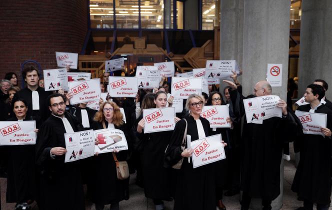 Des avocats participent à une manifestation contre la réforme de la justice au tribunal de Bobigny, près de Paris, le 15 novembre 2018.