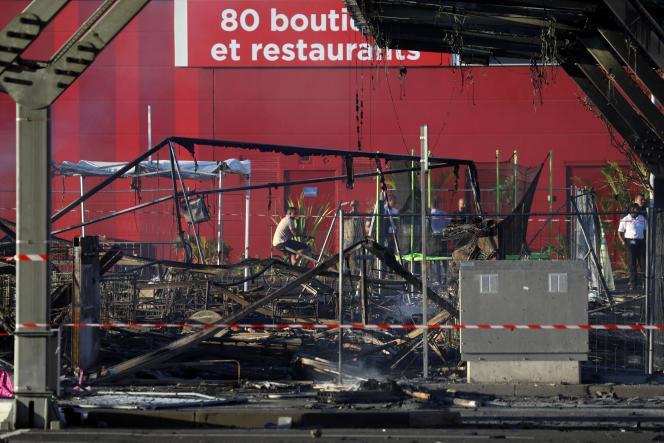 Un supermarché incendié au Port, dans le nord-ouest de l'île de La Réunion, le 21 novembre.