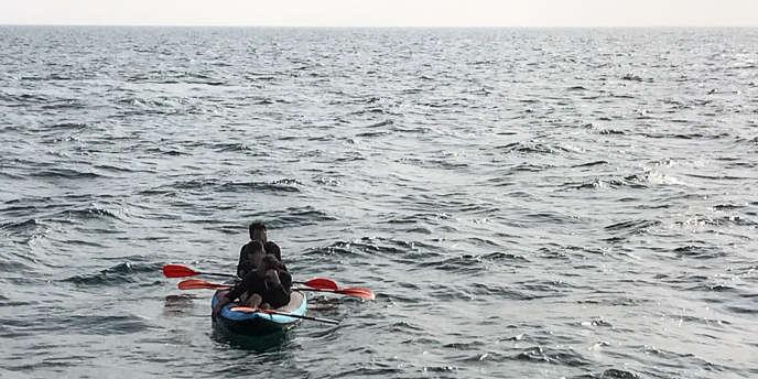 Trois migrants tentent de rejoindre l'Angleterre par la Manche à bord d'un canoé, le 4août 2018, avant d'être secourus par les sauveteurs en mer (SNSM).