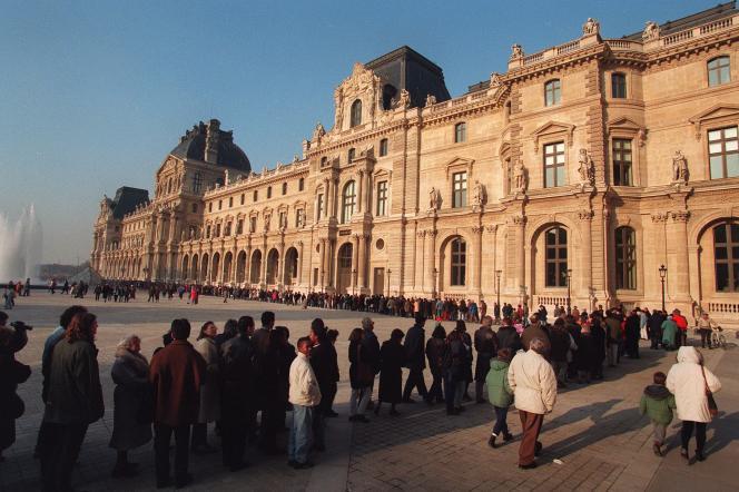 Cour Napoléon du Musée du Louvre à Paris.