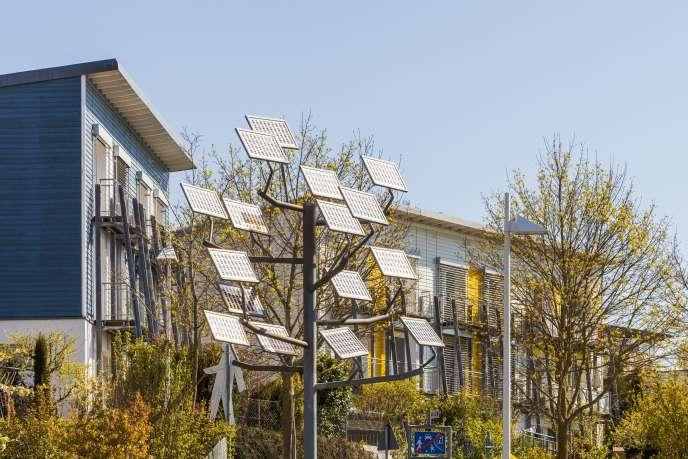 «Afin d'augmenter, de 22 % actuellement à 32 % en 2030, la part des énergies renouvelables dans la consommation d'électricité en France, l'Etat va donner un coup de pouce financier dès 2019, aux particuliers, mais aussi accorder des facilités aux entreprises qui opteront pour le solaire.»