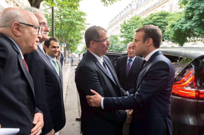 Le président du Conseil français du culte musulman, Anouar Kbibech, avec Emmanuel Macron, le 20 juin 2017.