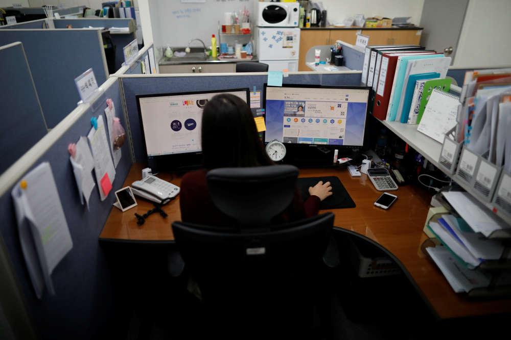 Park Hye-ri, 28 ans, dans les bureaux de la start-up où elle travaille, à Incheon. Le ralentissement de l'économie de la Corée du Sud, axée sur les technologies de pointe et les exportations, intensifie la dureté d'un environnement professionnel et scolaire déjà extrêmement concurrentiel, entraînant stress et suicides.