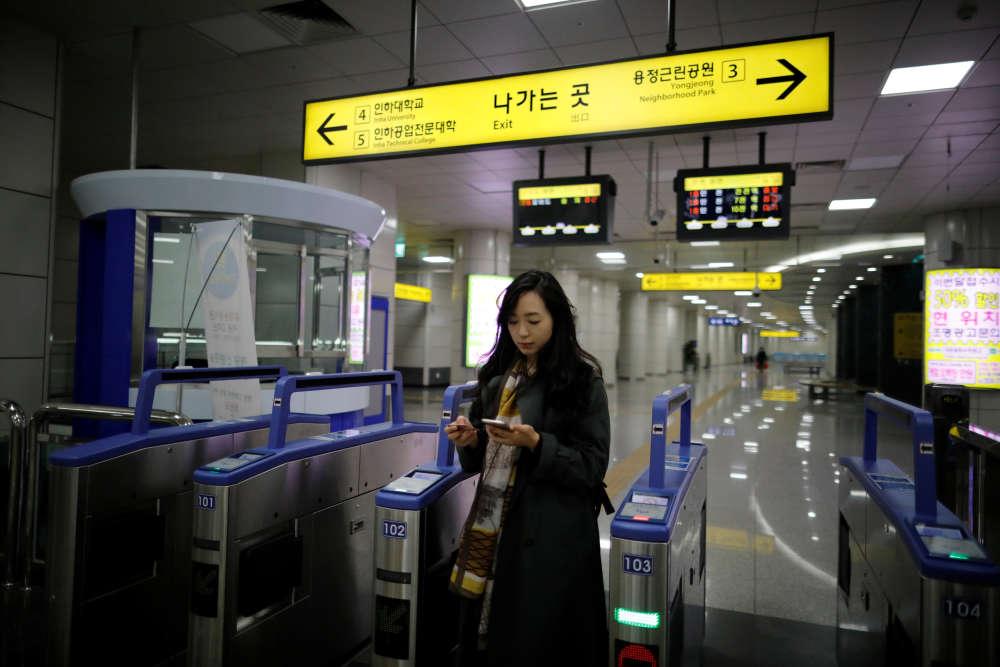 Après le travail, Park Hye-ri rentre chez elle. Les Sud-Coréens ont travaillé en moyenne 2024 heures en 2017, la troisième plus importante moyenne après le Mexique et le Costa Rica, d'après une enquête menée auprès de 36 pays membres de l'OCDE (Organisation de coopération et de développement économiques).