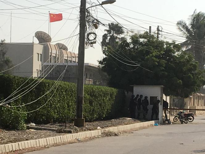 Des forces de police s'approchent du consulat de Chine à Karachi, au Pakistan, après une attaque, le 23 novembre.
