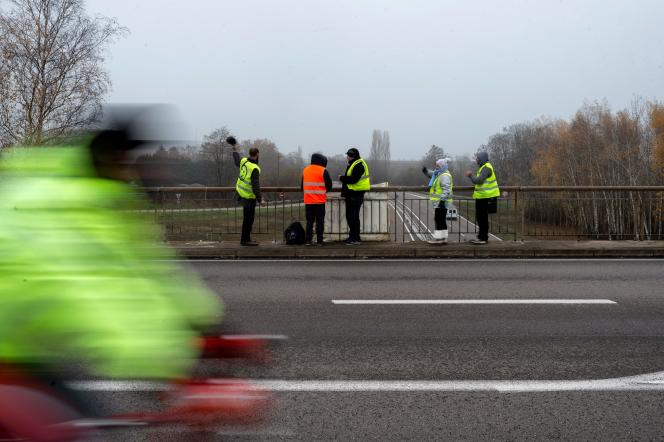 Des« gilets jaunes» sur le pont enjambant la N 70 près de Montceau-les-Mines (Saône-et-Loire), le 23 novembre.