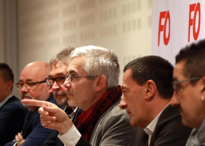 Yves Veyrier (au centre), nouveau patron de FO, le 22 novembre à Paris.