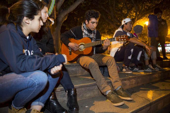 Un jeune Marocain joue de la guitare devant le Parlement, à Rabat, en janvier 2017.