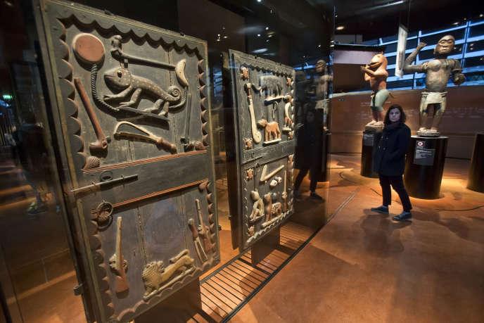 Une porte du palais du roi Béhanzin, une des pièces provenant du Bénin présentées dans les collections permanentes du Musée du quai Branly-Jacques Chirac à Paris.