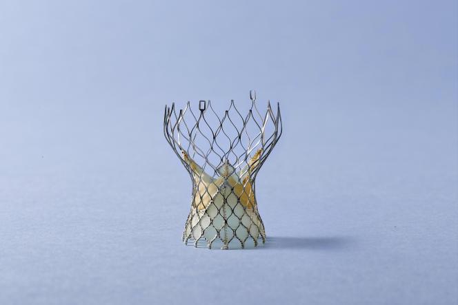 Bioprothèse valvulaire aortique en péricarde porcin pour implantation percutanée (TAVI), bioprothèse auto-expansive - alliage à mémoire de forme  COREVALVE ™ Compagnie : MEDTRONIC Diamètre de 23, 26, 29, 31 mm - hauteur environ 50 mm