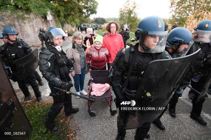 Des gendarmes mobiles prennent position après l'évacuation des occupants de laZAD créée contre le «Grand Contournement ouest» de Strasbourg, le 10 septembre 2018 à Kolbsheim, en Alsace.