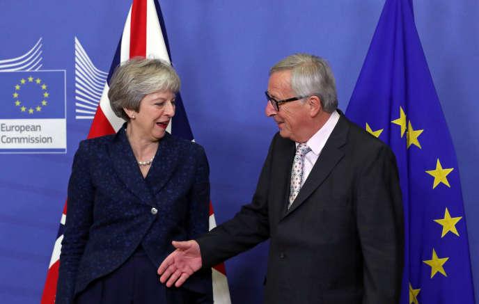 La première ministre britannique, Theresa May et le président de la commisiion européenne Jean-Claude Juncker, à Bruxelles, le 24 novembre.