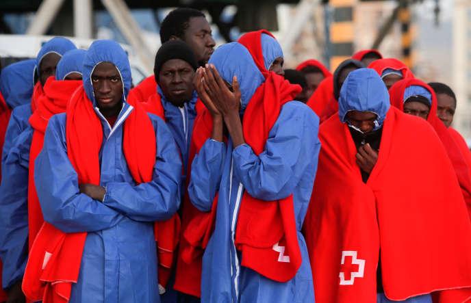 Migrants à leur arrivée à Malaga (Espagne), après leur sauvetage en Méditerrannée, le 13 novembre.
