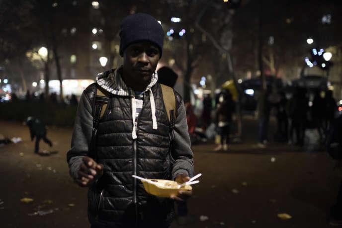 Omar, originaire du Soudan, est venu chercher un repas à la porte d'Aubervillers, le 23 novembre : «Ce soir je vais encore dormir dehors.»