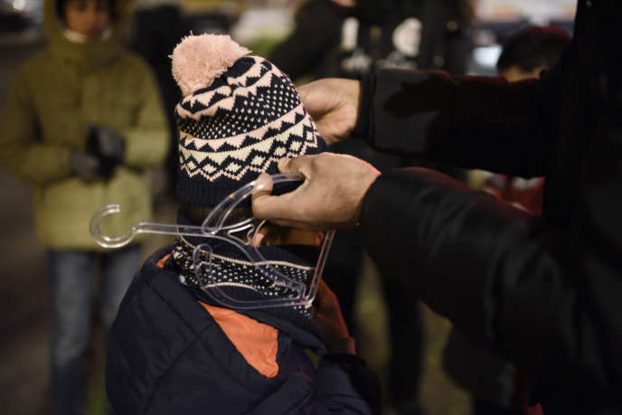 Lors d'une distribution spontanée de vêtements autour du parvis de la porte d'Aubervilliers, à Paris, le 24 novembre.